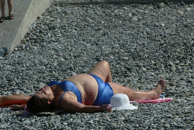 женщина уснула на пляже